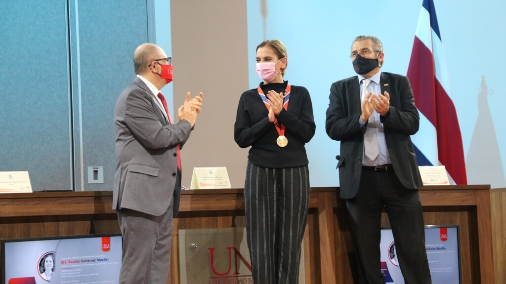 Destacada académica mexicana recibió Medalla Universidad Nacional