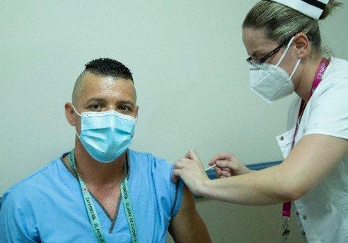 Combinación de vacunas contra coronavirus resulta eficaz