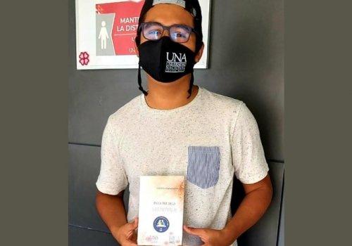 UNA recibe con libros a estudiantes de primer ingreso