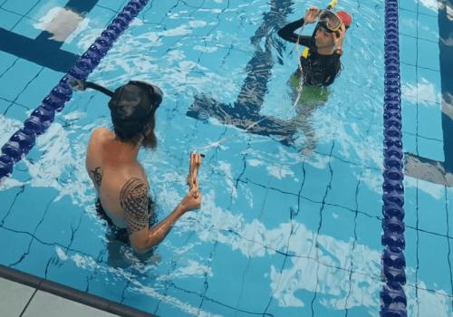 Estudiantes de biología marina hacen sus prácticas en piscina de la UNA