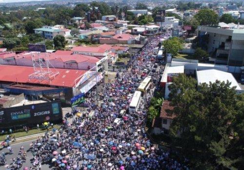 Miles de universitarios defienden la U pública en las calles