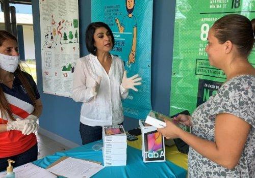 UNA entrega 500 tabletas a estudiantes en vulnerabilidad para evitar deserción