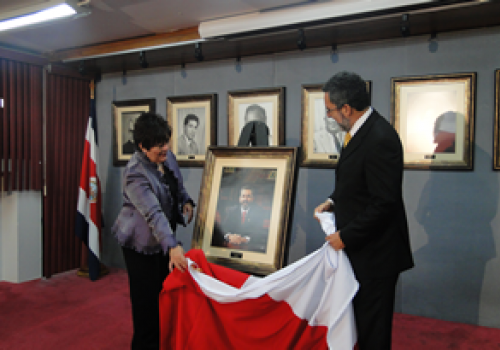 Develan retrato de ex rector Olman Segura